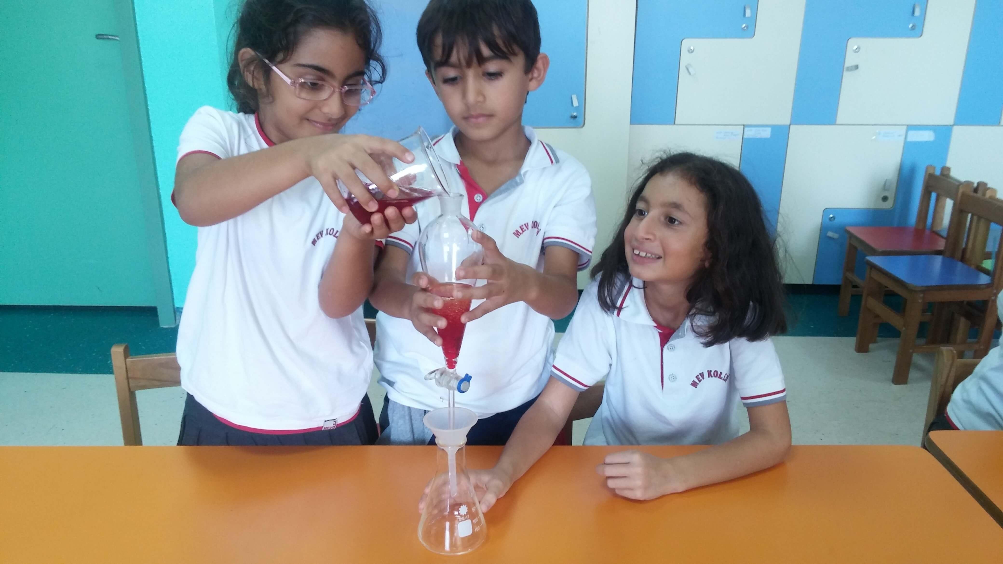 2.Sınıf Öğrencilerimiz Farklı Yoğunluktaki Sıvıların Nasıl Ayrıldığını Gözlemlediler