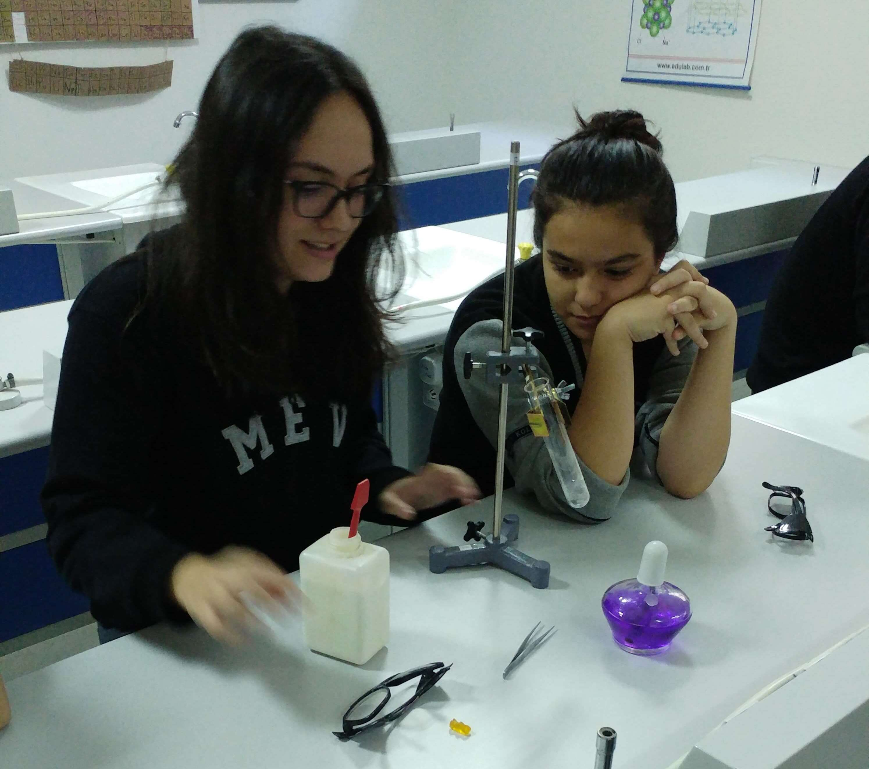Anadolu Lisesi 9. Sınıf Öğrencilerimiz Kimyasal Tepkimeler Sonucunda Yeni Bir Maddenin Nasıl Oluştuğunu Gözlemlediler