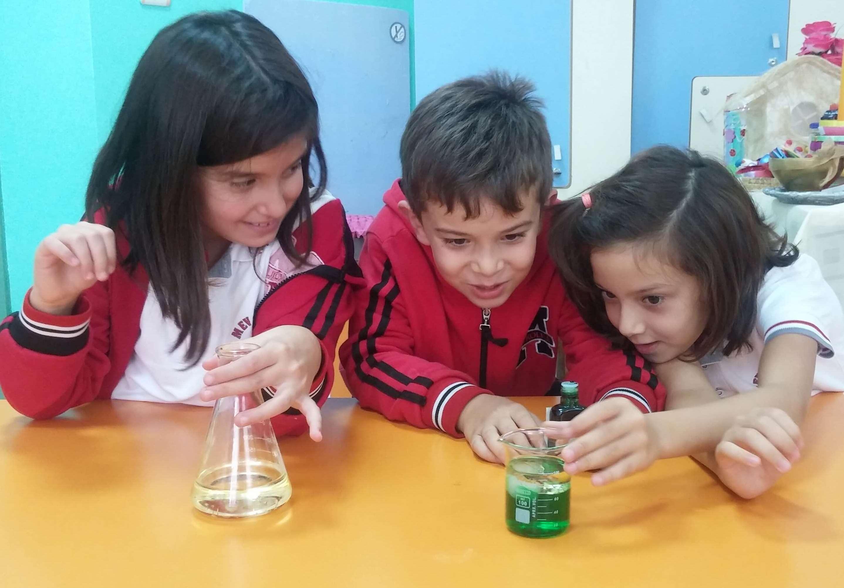 2. Sınıf Öğrencilerimiz Karışmayan Sıvıları Gözlemlediler
