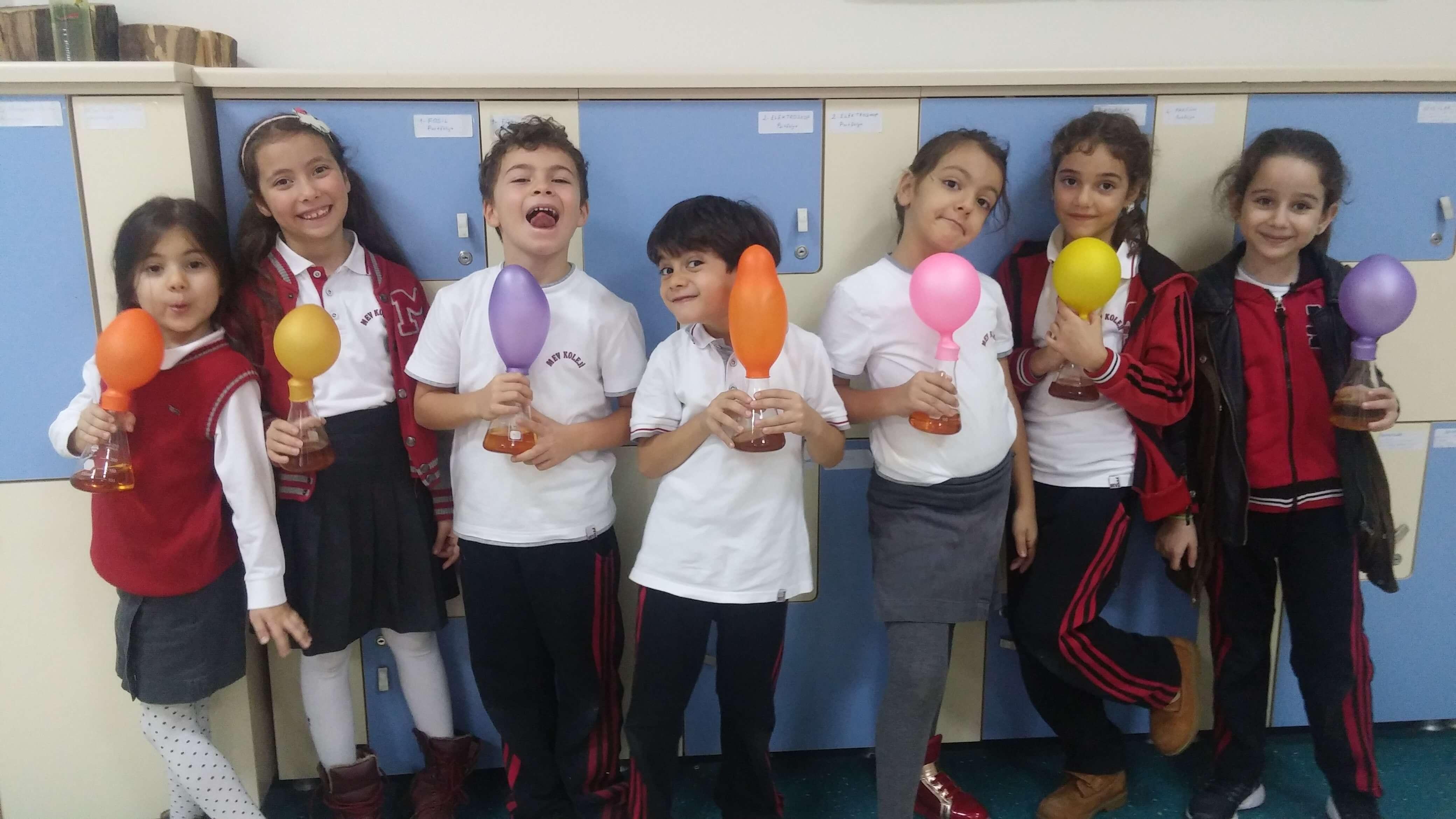 2. Sınıf Öğrencilerimiz Sirkedeki Asit ve Karbonattaki Bazın Kimyasal Etkileşimini Gözlemlediler