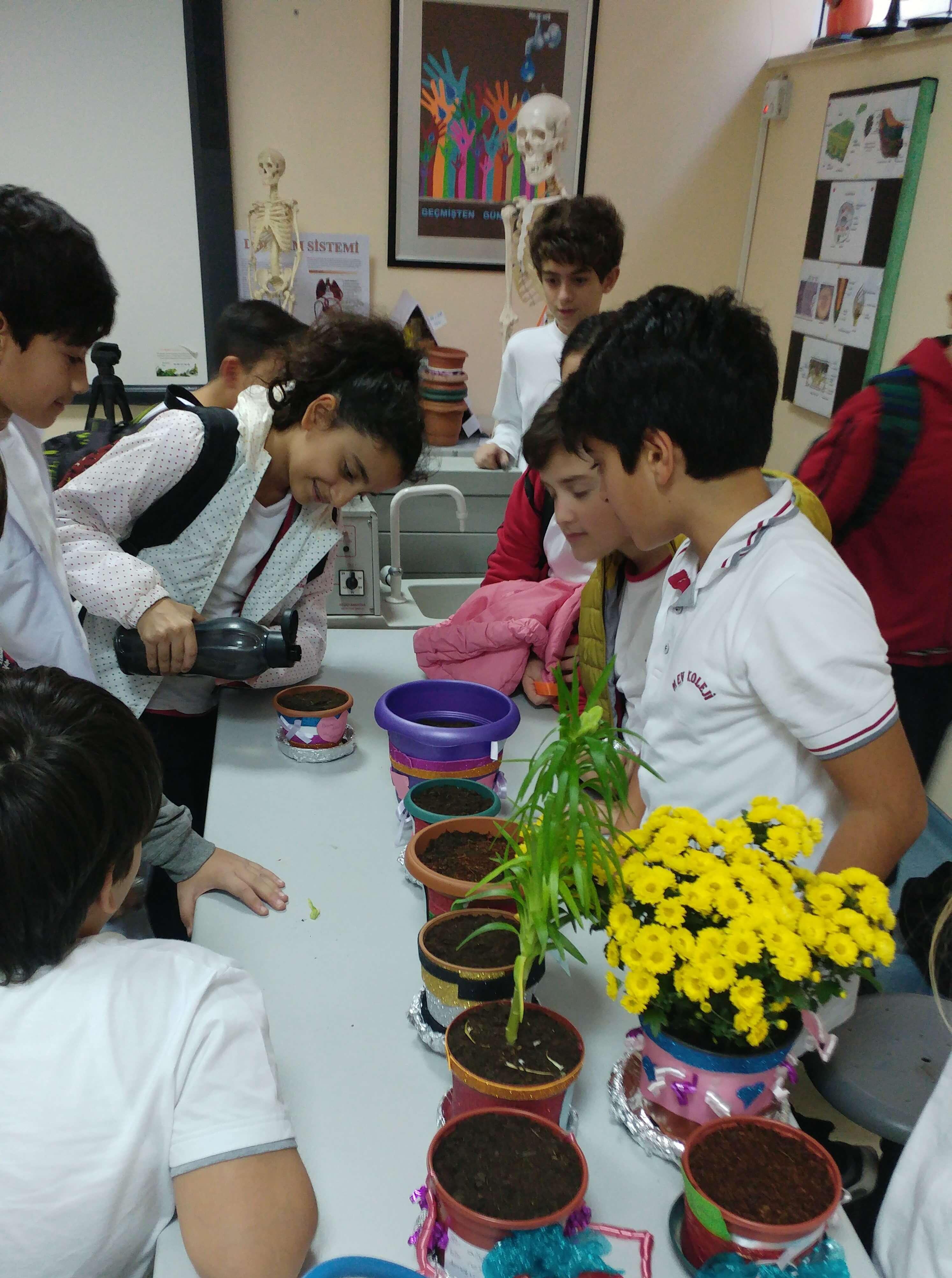 Çevre Kulübü Öğrencilerimiz Çiçek Ekimi Gerçekleştirdiler