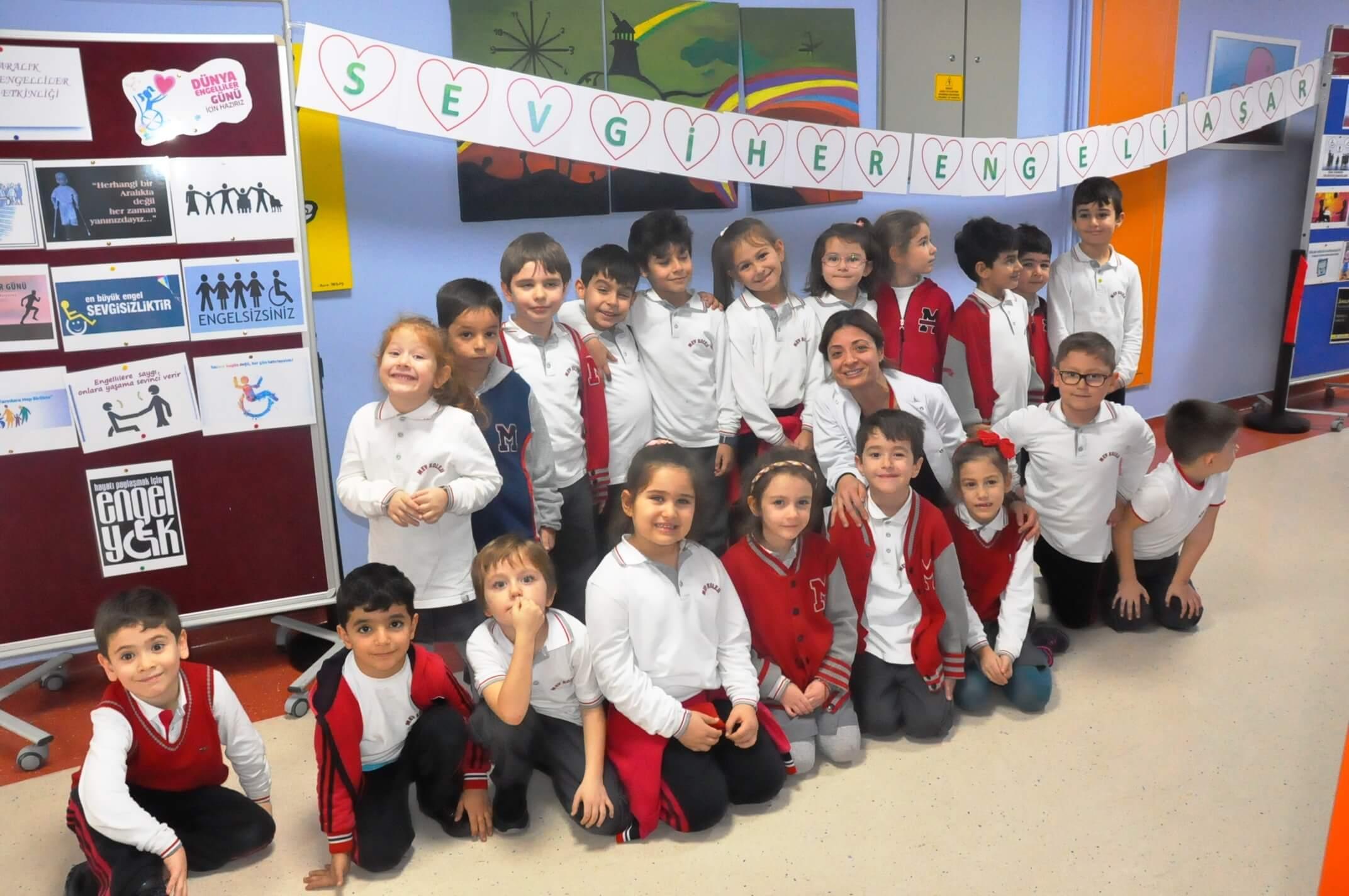 """1. Sınıf Öğrencilerimiz """"Sevgi Her Engeli Aşar"""" Temalı Sosyal Sorumluluk Projesini Gerçekleştirdiler"""