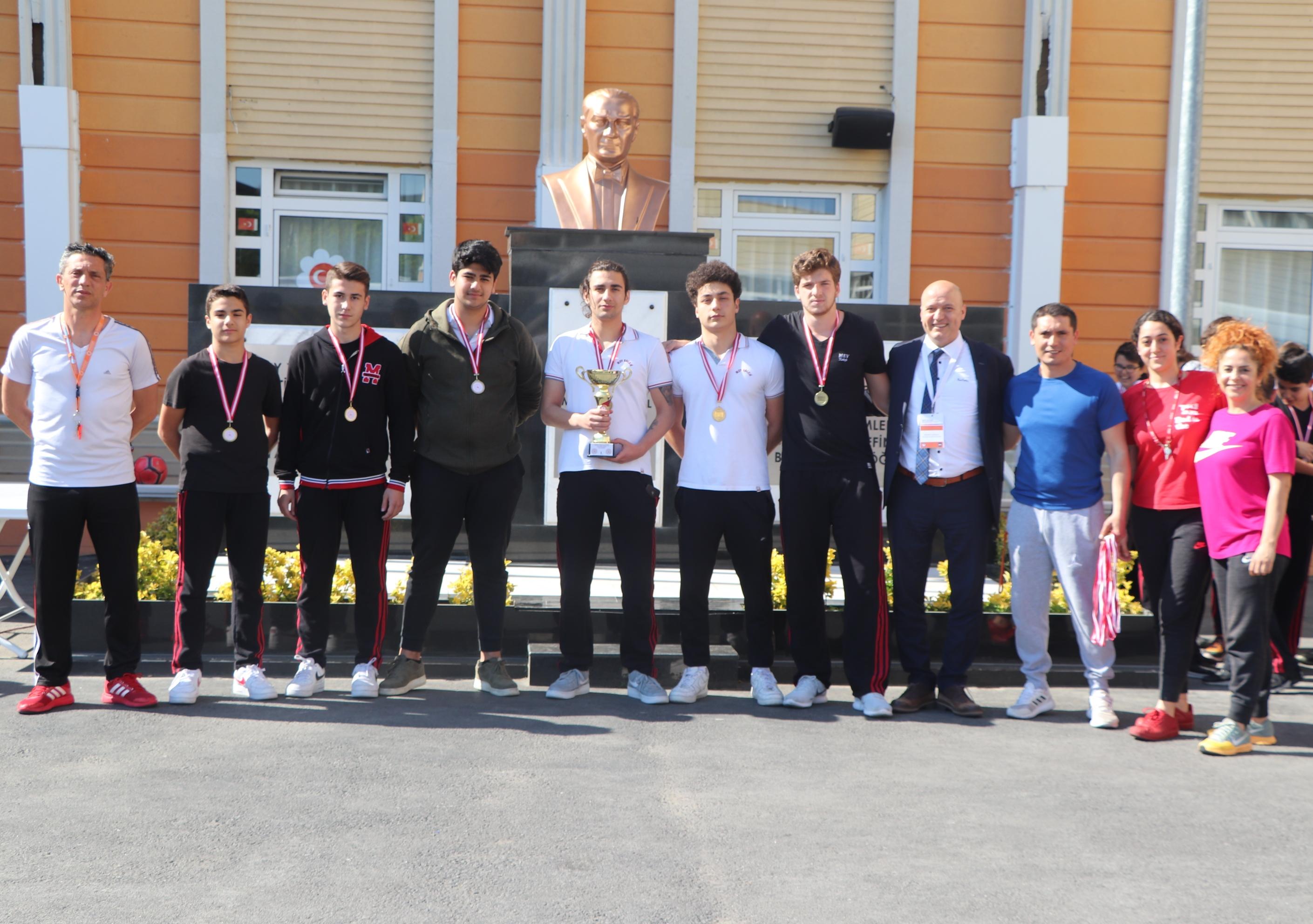 """""""Genç Erkekler"""" Futsal Takımımızdan Şampiyonluk Kupası"""